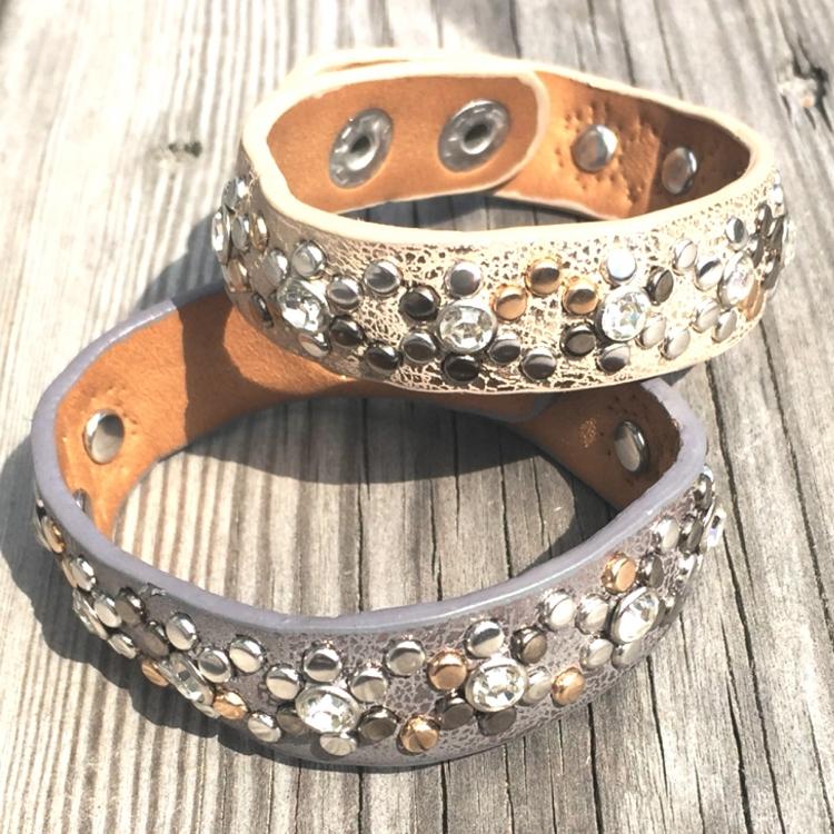armband i konstläder med strass och metalldetaljer