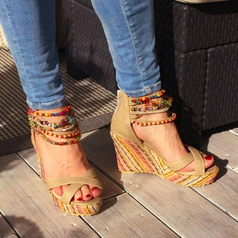 Beiga sandaler med kilklack och pärlor
