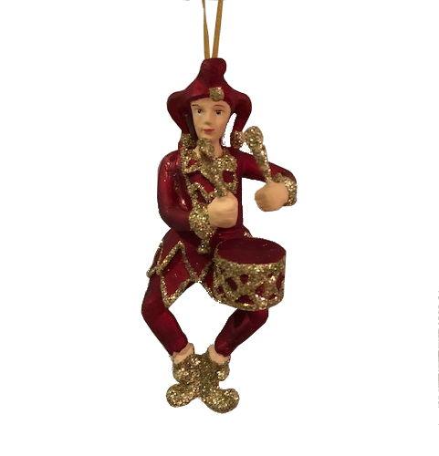 jester, joker med instrument i färgerna rött och guld med hatt och trummor