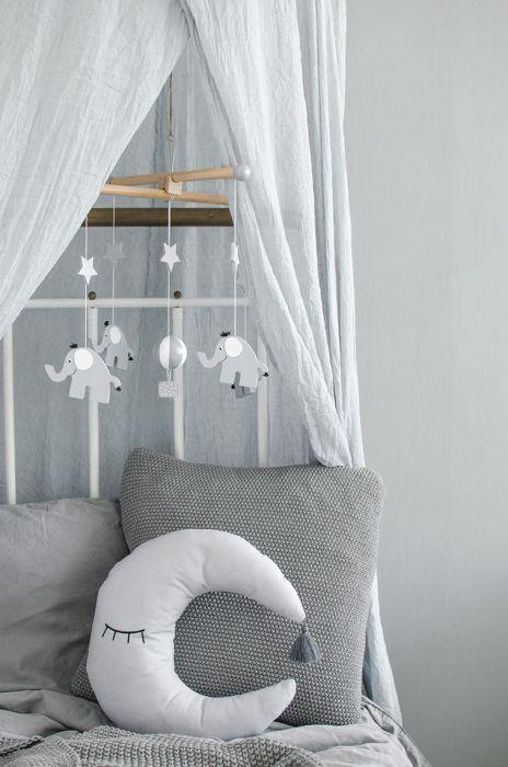 Vacker handsydd månkudde från Jabadabado som blir en dekorativ inredningsdetalj i barnrummet. Den är lika vacker för sig själv som tillsammans med andra prydnadskuddar. Månkudden är handsydd i mjuk te