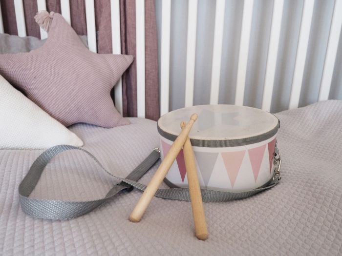 Vacker handsydd stjärnkudde från Jabadabado som blir en dekorativ inredningsdetalj i barnrummet. Den är lika vacker för sig själv som tillsammans med andra prydnadskuddar. Stjärnkudden är handsydd i m