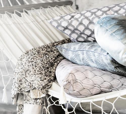 Vacker rund kudde med guldmönster från Pipol´s Bazaar där innerkudde är inkluderat. Denna produkt är ett hantverk, gjord för hand & därför är den unik. Storlek: Ø 45 cm Material: 60% Bomull &  40% Pol
