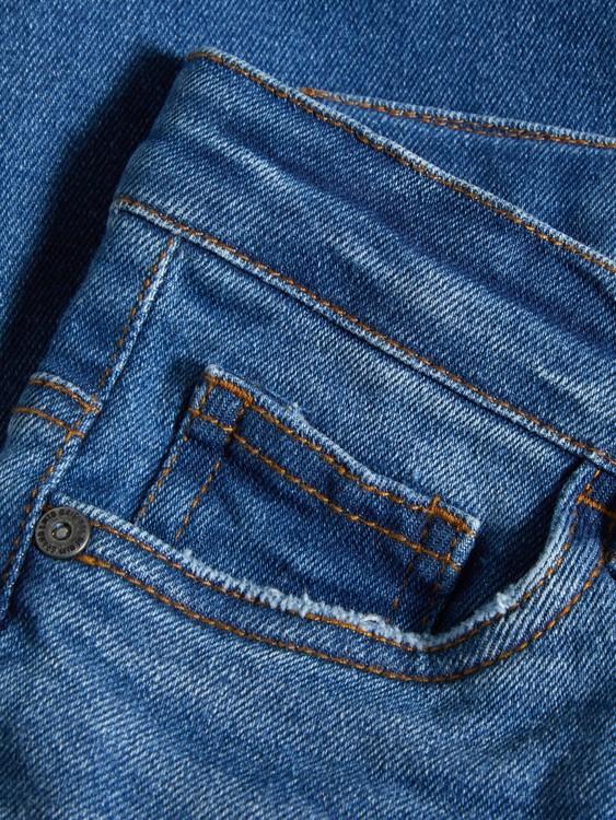 PILOU är en skinny jeans i femficksmodell från LMTD med justerbar midja, dold blixtlåsgylf & bälteshällor i midjan. Material: 67% Bomull, 29% Polyester, 3% Viskos & 1% Elastan  Färg: Mellanblå Denim