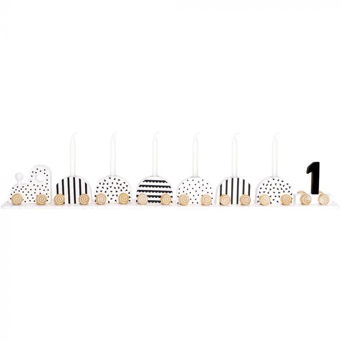Jabadabados populära födelsedagståg med lok & 7 tillhörande vagnar med olika söta motiv på. Tåget blir en extra festlig detalj på bordet på kalaset & är en present som garanterat kommer att göra succé