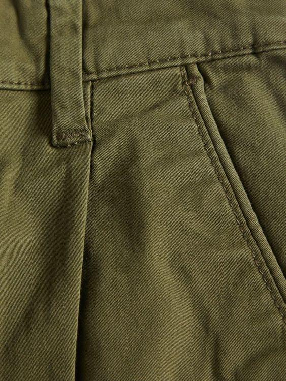 Klassiska chinosshorts i ekologisk bomull från Name it med justerbar midja, blixtlåsgylf och hyskknapp. Shortsen är i ett skönt stretchtyg med praktiska fickor och bälteshällor i midjan. Material: 98%