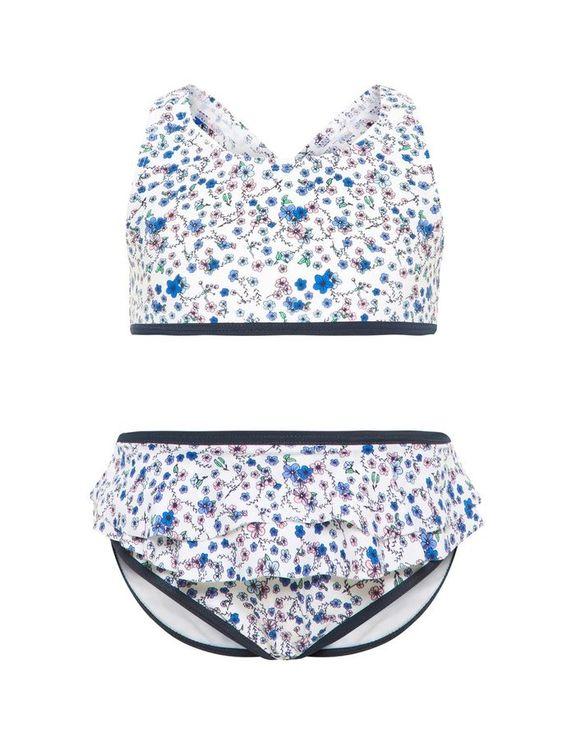 Söt blommig bikini från Name it med badblöja. Bikinitoppen har korsade band bak och volangkant på byxan. Material: 80% Polyamid och 20% Elastan Foder: 100% Bomull  Färg: BlåSöt blommig bikini från Nam
