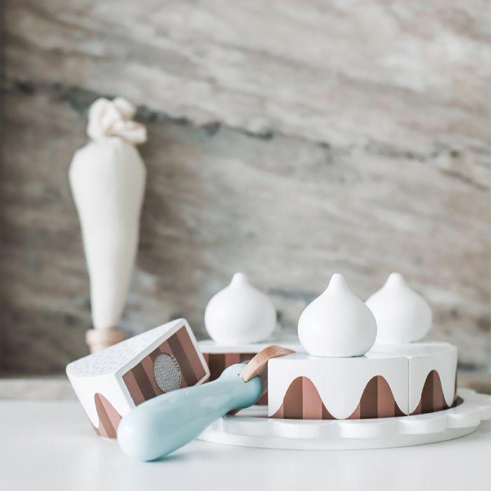 Smarrig chokladtårta från Jabadabado med färdigskurna tårtbitar. Den både enkel och rolig för barnen att skära upp och dela ut på tallrikar. Innehåller 6 färdigskurna tårtbitar med 3 maränger på toppe