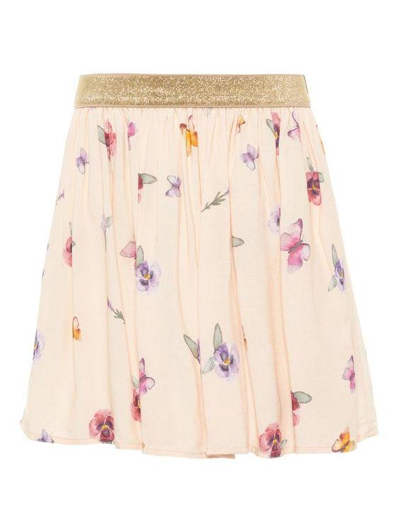 Mjuk och skön blommig kjol från Name it med guldresår i midjan. Material: 100% Viskos  Färg: Aprikos