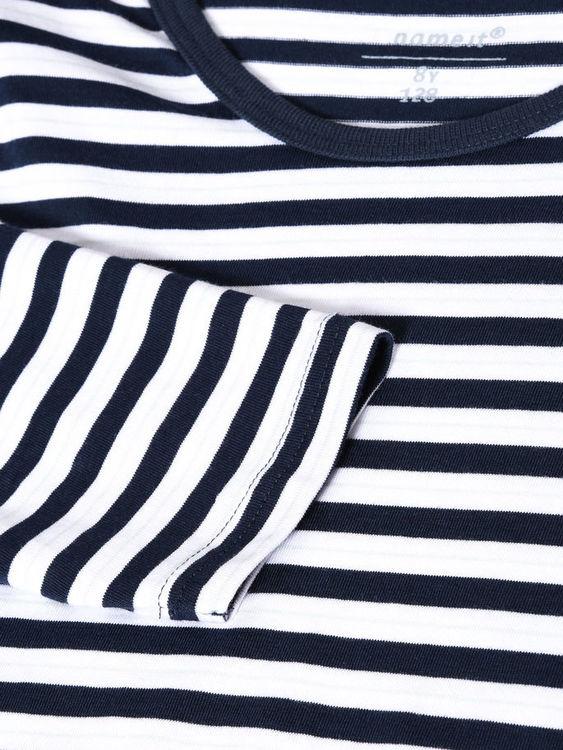 Mjuk och skön 2-delad pyjamas från Name it med resår i midjan på byxorna. Material: 100% Bomull   Färg: Marinblå