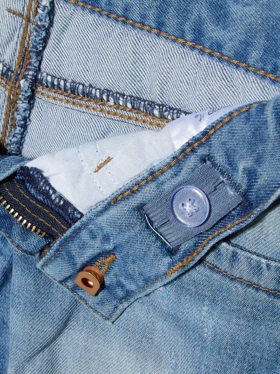 Jeansshorts med fransad fåll från Name it med justerbar midja. Material: 55% Lyocell & 45% Bomull   Färg: Ljusblå Denim