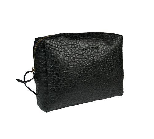 Unisex necessär från Pipol´s Bazaar i svart konstläder. Insidan är fodrad i svart satin med två öppna fack & en ficka med dragkedja. Neccesären öppnas & stängs med dragkedja. Storlek: B 24 x H 20 x D