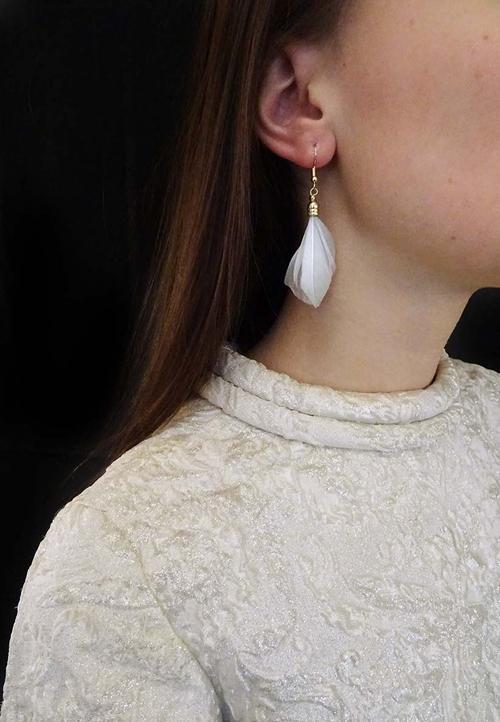 Bohéme inspirerande fjäderörhänge från Pipol´s Bazaar. P g a sin lätta vikt är de sköna att bära. De är allergitestade & nickelfria. Mått: 7 cm   Färg: Grå