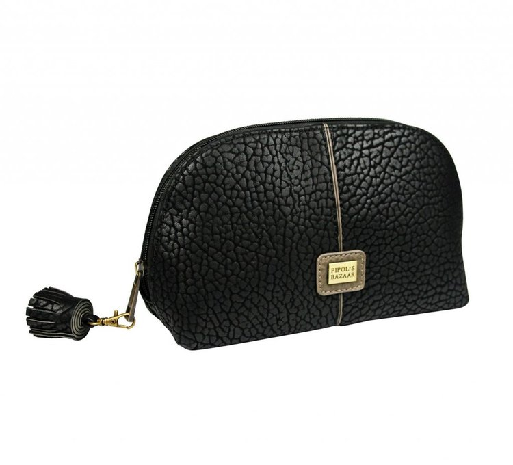 Snygg necessär i konstläder från Pipol´s Bazaar. Insidan är i ett mörkgrått tyg med ett öppet fack och ett med dragkedja. Stängs med dragkedja. Storlek: W 25 x H 14 x D 8 cm   Färg: Svart