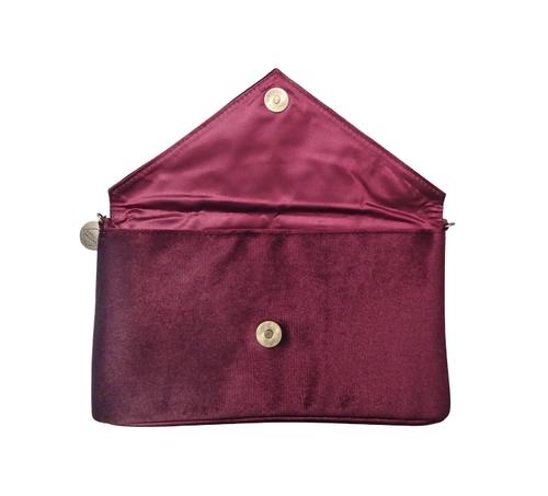 Lyxig clutch i vinröd sammet från Pipol´s Bazaar med guldemblem fram, axelrem i metall som lätt kan gömmas i väskan. Väskan är klädd med satin på insidan & har ett öppet fack samt att den öppnas & stä