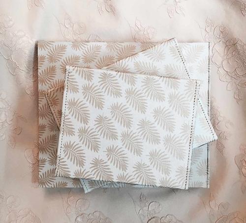 Förvaringsboxar från Pipol´s Bazaar med palmönster i metall, 3 boxar/set. Inne i matt grå färg. Vacker som förvaring av mindre saker eller bara som en fin dekoration i ditt hem. Mått: Large: 26 x 20,5