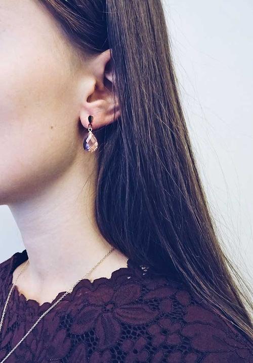 Söta örhänge i guldfärgad kirurgisk stål från Pipol´s Bazaar med en kristalldroppe i rosa Lätta att bära på grund av den lätta vikten. Örhängen är allergitestade & nickelfria. Storlek: 3 cm   Färg: Ro