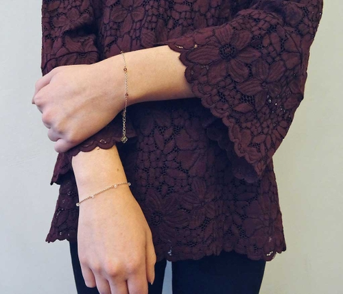 Sött armband i guldfärgat kirurgiskt stål från Pipol´s Bazaar med små glaskristalldekorationer. Justerbar kedja på 3 cm & logotyper. Armbandet är allergitestat & nickelfritt. Storlek: 19 cm   Färg: Vi