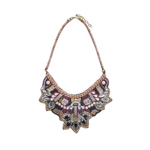 Vackert halsband från Pipol´s Bazaar med pärlor & glaskristaller som är fästa på en mjuk sammetsplatta. Halsbandet ligger fint på decolltaget & är nickelfritt samt allergitestat. Mått: L: 25 cm x W: 1
