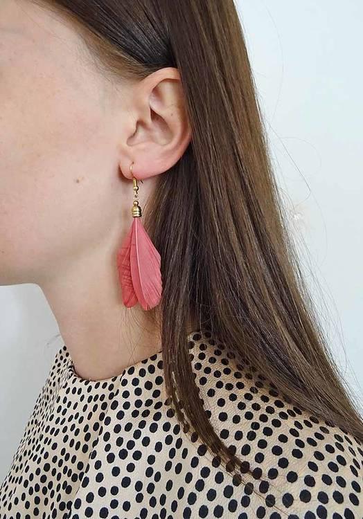 Bohéme inspirerande fjäderörhänge från Pipol´s Bazaar. P g a sin lätta vikt är de sköna att bära. De är allergitestade & nickelfria. Mått: 7 cm   Färg: Mörkröd