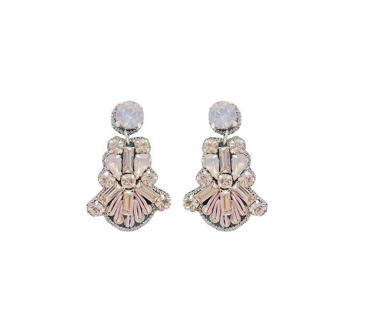 Delikata och glittrande örhängen med dekorationer i strass stenar och glaskristall sydda på en baksida av konstläder. Lätta att bära. Örhängena är nickelfria. Storlek: 4 x 2,5 cm  Färg: Rosa