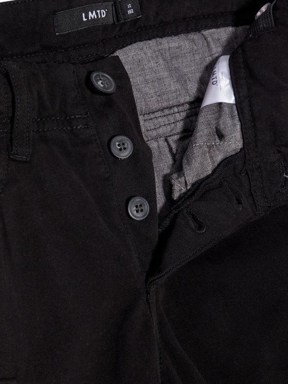Vävda cargoshorts från LMTD med justerbar midja, fickor med tryckknappsstängning & knappar vid gylf. Material: 67% Bomull, 28% Polyester, 3% Elastan & 2% Viskos.   Färg: Svart