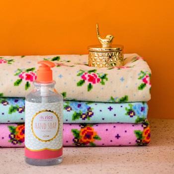 Fina handdukar från Rice att ha i badrummet eller i köket. Super mjuka med ett fint rosprint i 3 olika färger. Mått: 50X30 cm   Färger: Turkos, Rosa & Creme