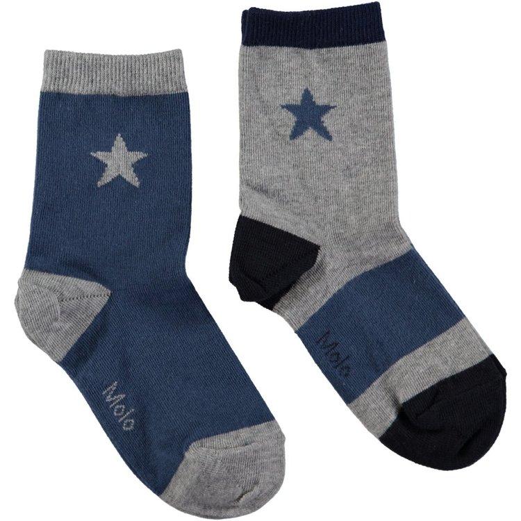 Två par strumpor i blått & grått från Molo med fina stickade stjärnor & mudd i skaftet. Material: 75% Bomull, 20% Polyamid & 5% Elastan   Färg: Blå