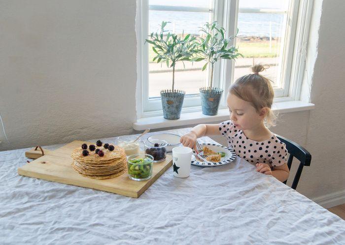 Tuff barnservis i svart & vitt från Jabadabado. Servisen har 5 delar med tallrik, mugg & bestick. Det fina setet är gjort i tålig plast, perfekt när ditt barn vill börja lära sig äta själv. Setet inne