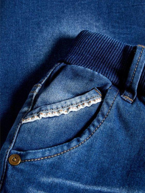 BOB är mjuka baggyjeans från Name it med justerbar mudd i midjan & coola detaljer fram samt mudd i bensluten. Fickor fram & bak. Material: 45% Bomull, 33% Polyester, 20% Viskos & 2% Elastan   Färg: Me