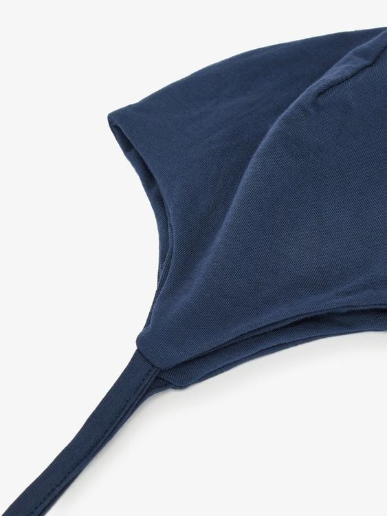Enfärgad jerseymössa i dubbla lager till baby från Name it sydd i en mjuk & stretchig viskos. Material: 95% Viskos & 5% Elastan  Färg: Marinblå