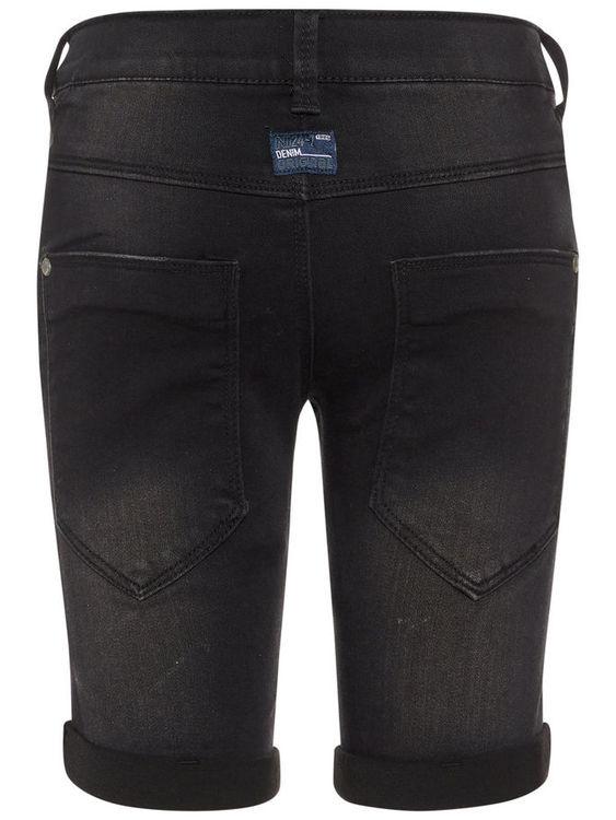 Superstretchiga jeansshorts från Name it med justerbar midja, dold blixtlåsgylf & hyskknapp samt bälteshällor. Jeansshortsen är extra slim fit, praktiska fickor & har sydd uppvikning på fållen Materia
