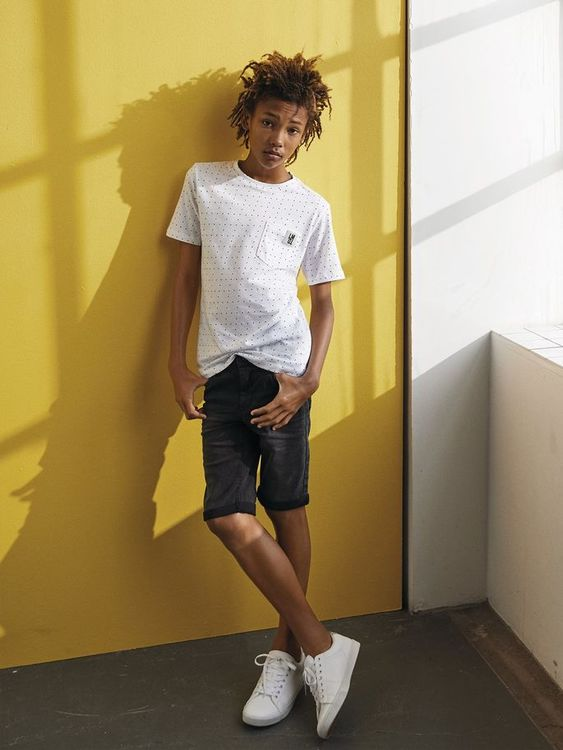 Slim fit jeansshorts i skön denim med stretch från LMTD med justerbar midja, dold blixtlåsgylf & bälteshällor i midjan. Jeanshortsen har praktiska fickor & sydd uppvikning på fållen. Material: 98% Bom