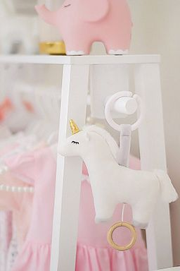 Söt speldosa från Jabadabado i form av en vit enhörning att hänga i barnvagnen eller i babysittern. Låt ditt barn få slumra till med en rogivande melodi. Speldosan sätter man lätt fast med hjälp av en