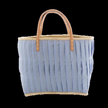Tygklädd stråväska, smårutig i blått och vitt. Tyget är snyggt veckat. Perfekt som shoppingväska, strandväska eller förvaringskorg. Handtagen är av läder, en ficka med dragkedja finns invändigt.   Fär