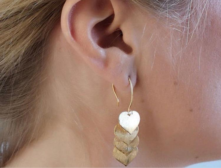 Unika handgjorda örhängen med små hjärtan från Pold Design i 925 Sterling Silver som är förgyllda med 18 Karats guld.