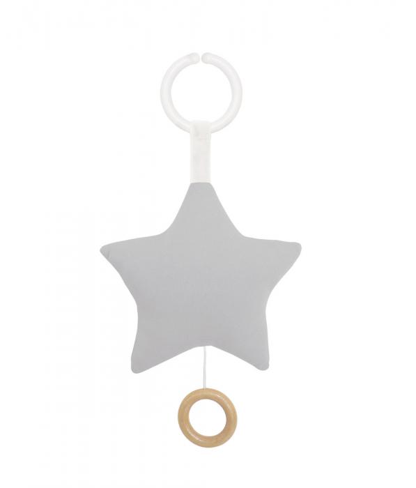 Söt speldosa från Jabadabado i form av en grå stjärna att hänga i barnvagnen eller i babysittern. Låt ditt barn få slumra till med en rogivande melodi. Speldosan sätter man lätt fast med hjälp av en t