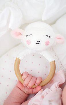 Handskallra från Jabadabado i form av ett gulligt lamm. Skallran har ett greppvänligt handtag i trä som passar till små barnhänder. Skallran har ett dovt ljud när man skakar den & främjar barnets grep