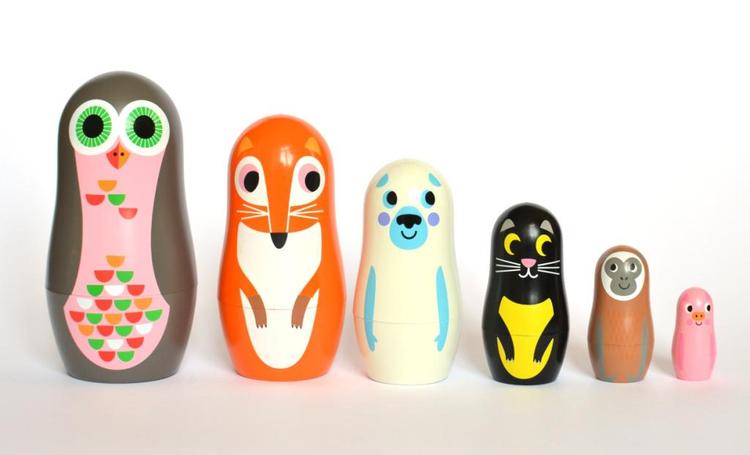 De ljuvliga babuschkadockorna i form av djur kommer från OMM design & är illustrerade av Ingela P Arrhenius. Den minsta dockan är 3 cm hög och den största 12 cm. De är gjorda av formgjuten plast & kan