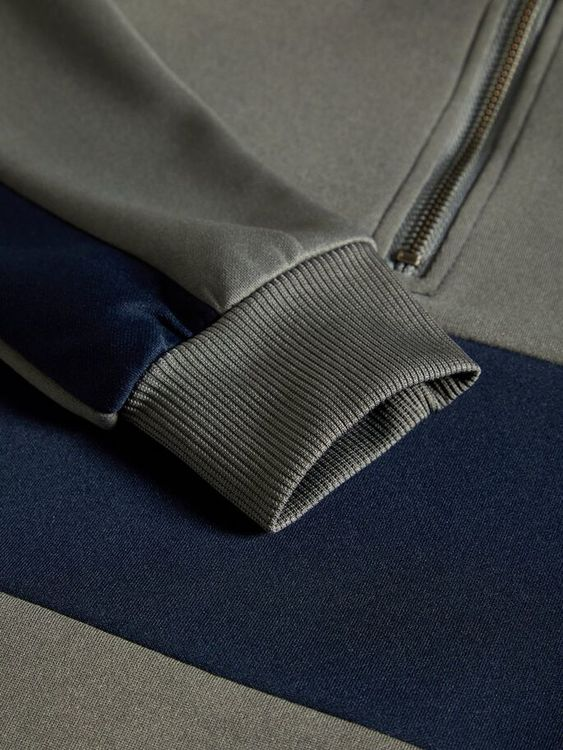 Snygg VCT-tröja från LMTD med halvlång dragkedja som går upp i halsen och revärer på armarna samt en blockrand mitt på. Material: 100% Polyester   Färg: Grå