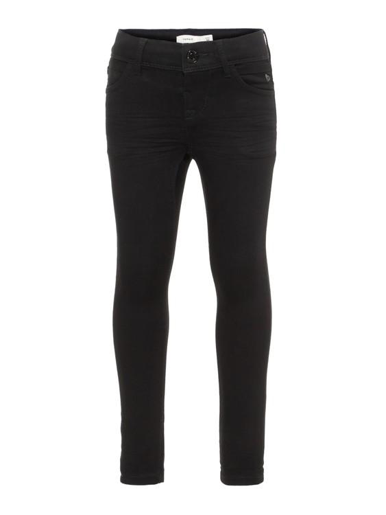 Populära Polly jeans från Name it finns nu även i svart. Modellen är en skinny fit i mjuk denim, normal midja som är justerbar och som knäpps lätt med hyskknapp. Fem fickor och bälteshällor för den so
