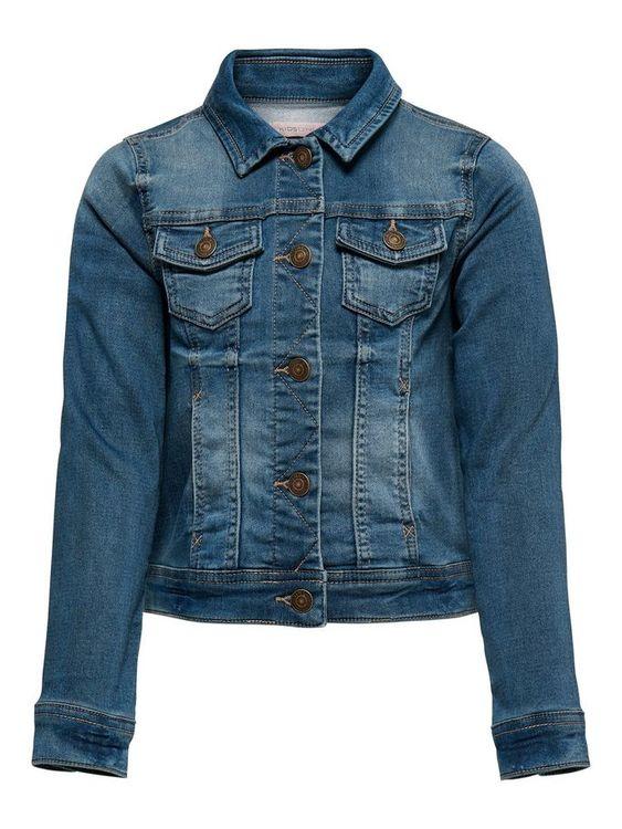 Kort jeansjacka i mjuk och stretchig denim från KIDS ONLY med knappknäppning fram, två bröstfickor med klaff och fickor i sidorna. Längd 42 cm i storlek 128. Material: 36% Bomull, 35% Polyester, 28% V
