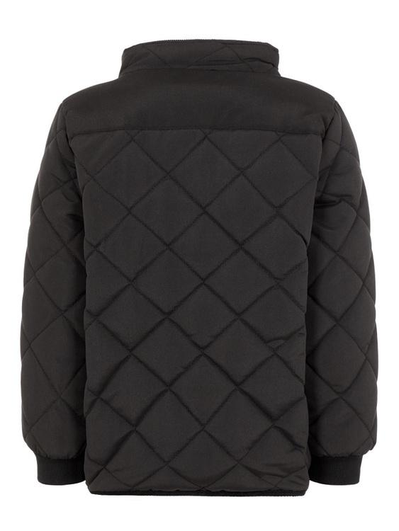 Klassisk quiltad jacka från Name it med ett lätt foder, dragkedja och tryckknappknäppning fram samt två fickor med tryckknappsstängning och mudd i ärmsluten. Material: 100% Polyester  Färg: Svart