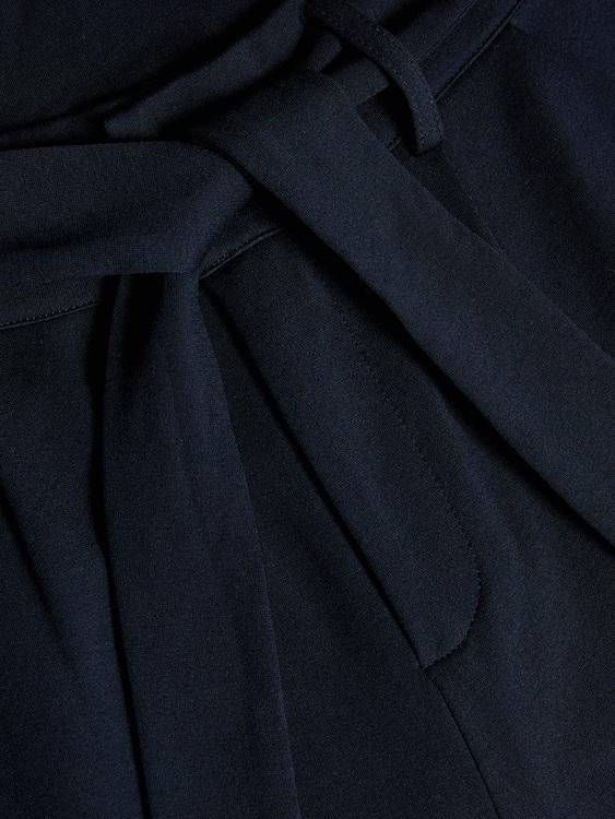 7/8 Paperbag byxa med hög midja från LMTD i mjuk härlig viskos med justerbar midja, fickor i sidorna och knytskärp. Material: 57% Viskos, 37% Nylon och 6% Elastan  Färg: Marinblå