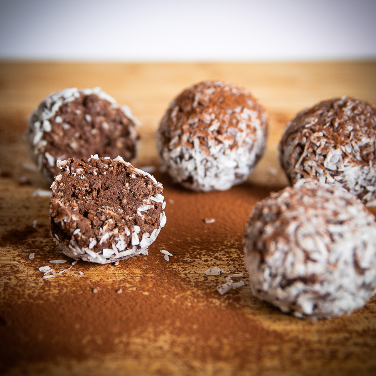 Ett nyttigare alternativ - Fitnessfikas Chokladboll   Fantastiskt goda chokladbollar från Fitnessfika, som är en svensktillverkad produkt med fokus på kvalitet och smak. De har valt att använda sig av