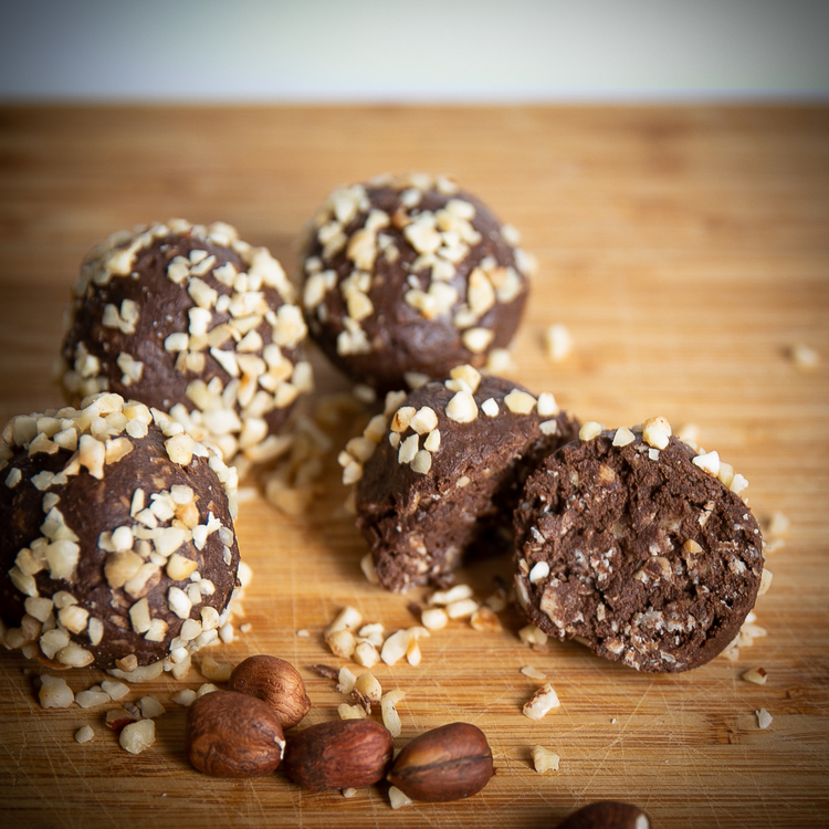 Ett nyttigare alternativ - Fitnessfikas Chokladboll Hasselnöt   Fantastiskt goda chokladbollar från Fitnessfika, som är en svensktillverkad produkt med fokus på kvalitet och smak. De har valt att anvä