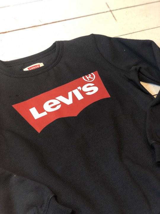 Snygg sweatshirt från Levi´s med rund hals, Levi´s loggan på bröstet och mjuk borstad insida. Material: 65% Bomull och 35% Polyester  Färg: Svart