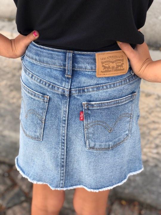 Riktigt fin jeanskjol med stretch från Levi´s med hög midja och fransad kant nertill. Som vanligt på Levi´s nederdelar är midjan justerbar. Material: 99% Bomull och 1% Elastan.  Färg: Blå Denim