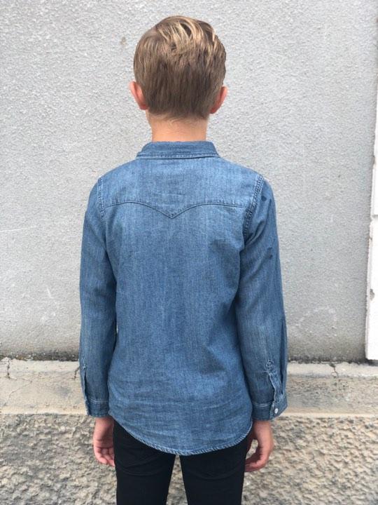 Snyggaste jeansskjortan kommer så klart i från Levi´s och den passar till både tjejer och killar. Tyckknappar och bröstfickor fram. Material: 100% Bomull  Färg: Blå Denim
