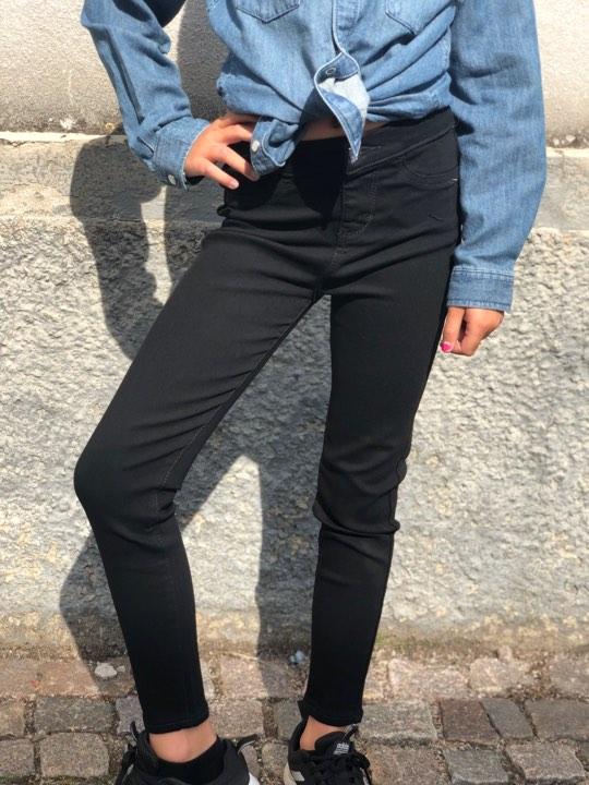 Så snygga och mjuka jeansleggings  med stretch från Levi´s i superskinny-modell.  De har en normal midja och sitter tight hela vägen ner till ankeln. Som vanligt på Levi´s nederdelar är midjan justerb