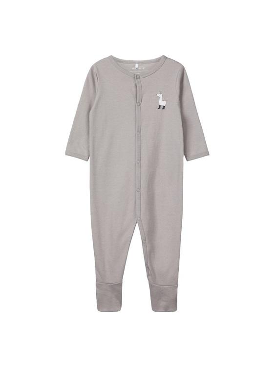 Söt och mjuk pyjamas från Name it med tryckknappsstängning och fötter. Säljs i 2-pack med en mönstrad och en enfärgad. Material: 100% Bomull  Färg: Vit